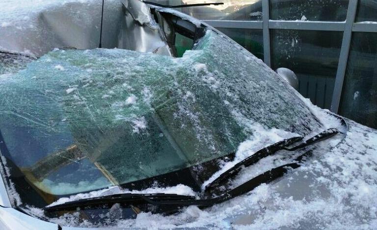 Автомобиль повредила упавшая с крыши сосулька – что делать?