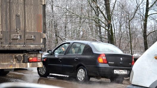 Верховный суд разрешил не уступать дорогу автомобилям, которые движутся по обочинам