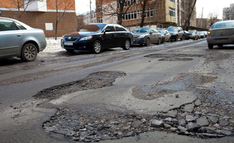Хабаровские автоинспекторы принимают сообщения о ямах на городских дорогах