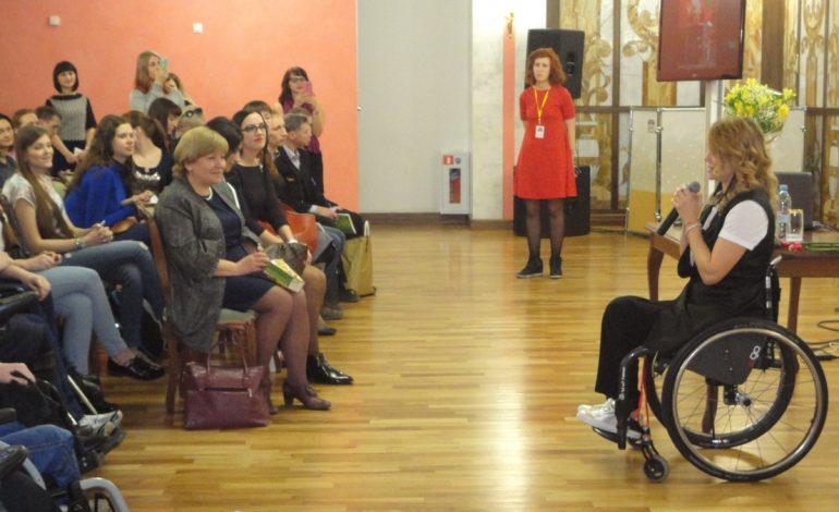Хабаровские бордюры не понравились москвичке-красавице в инвалидной коляске