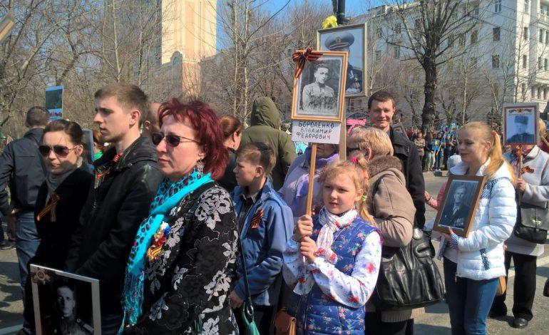 """""""Бессмертный полк"""" в Хабаровске: Смотри, Саша, я веду тебя по Карла Маркса"""
