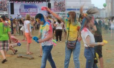Хабаровчане засыпали друг друга разноцветными красками