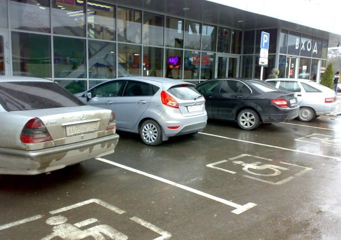 Хабаровчане не уступают место инвалидам на парковке
