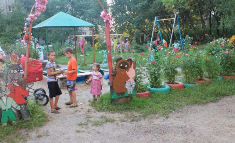 Харовчанка самостоятельно превратила свой двор в цветущий сад