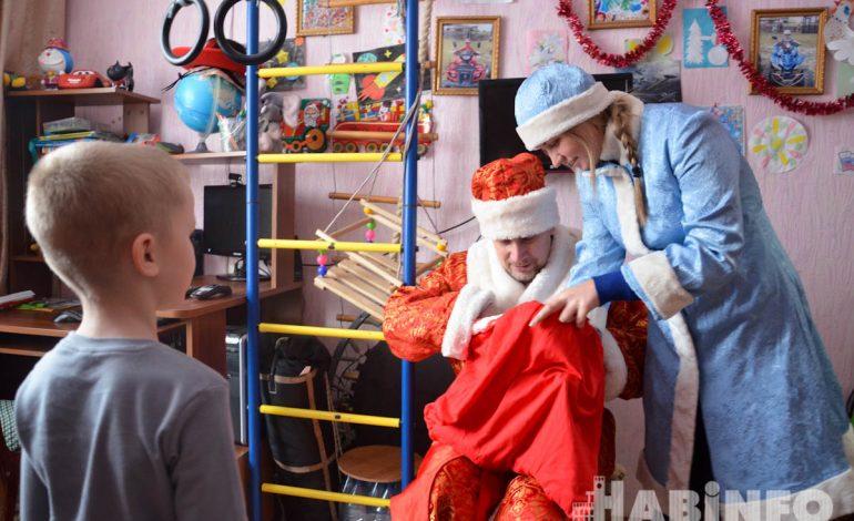 Дети с ограниченными возможностями получили подарки от Деда Мороза и Снегурочки в Хабаровске