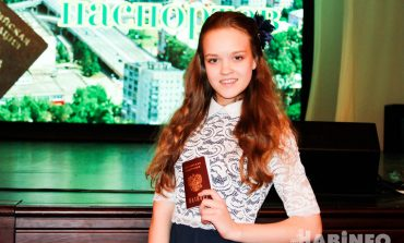 Хабаровским школьникам торжественно вручили паспорта в День Конституции (ФОТОРЕПОРТАЖ; ВИДЕО)