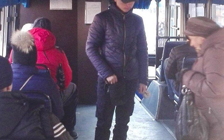 """Хабаровчанин устроил скандал в автобусе в утренний """"час пик"""" из-за требования дважды оплатить проезд (ФОТОФАКТ)"""