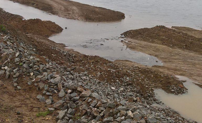 «Дырявая дамба» должна защитить поселок ЕАО от наводнения (ФОТО)