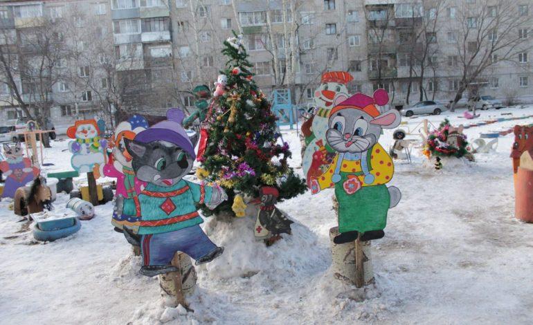 Новогоднее настроение для всех: Галина Тюкавкина самостоятельно украсила свой двор