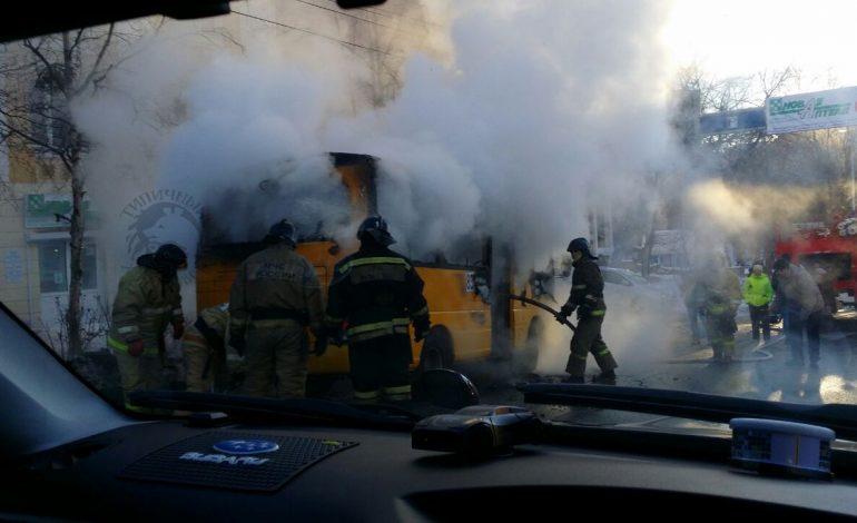В центре Хабаровска загорелась маршрутка (ФОТО; ВИДЕО)