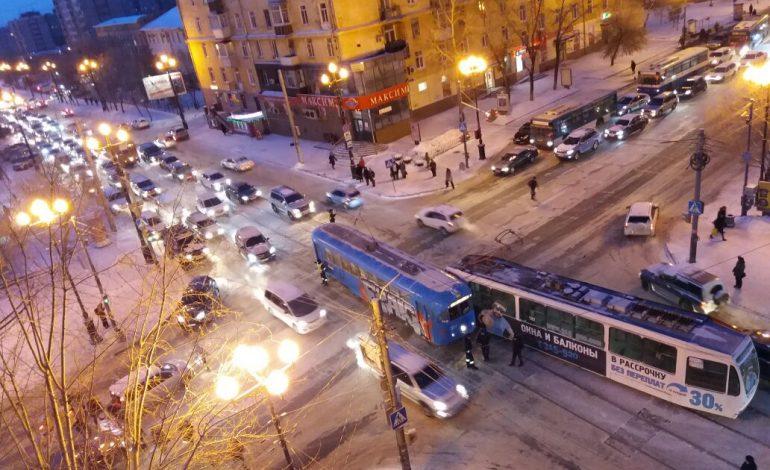 Столкновение двух трамваев парализовало движение по центральным улицам Хабаровска