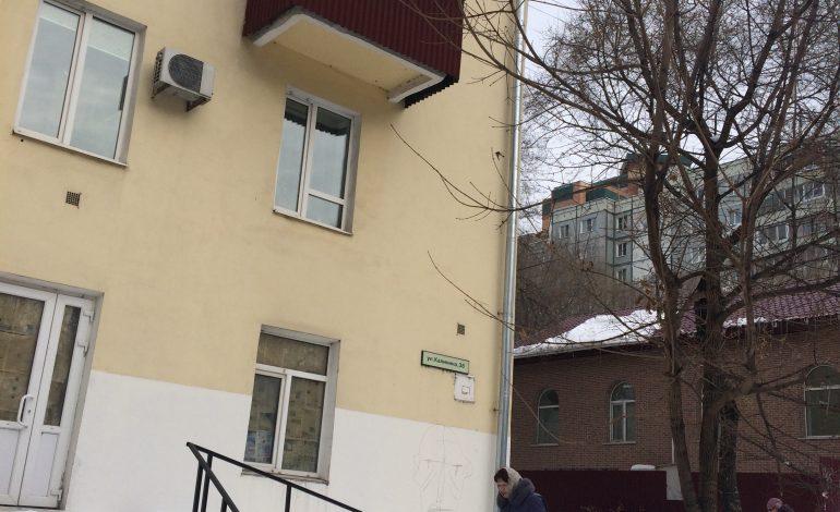 """Снег на голову: кто в ответе за падающие с крыш и балконов хабаровских домов """"сугробы""""?"""