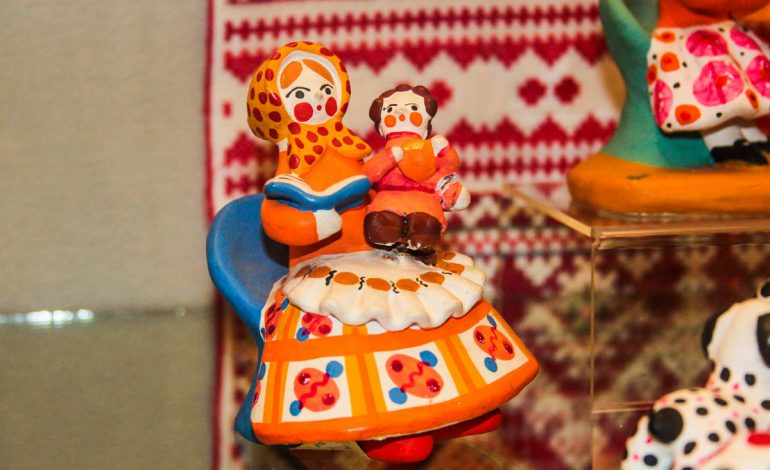 Глиняные няньки и погремушки из бересты: выставка народной игрушки проходит в Хабаровске (ФОТОРЕПОРТАЖ)