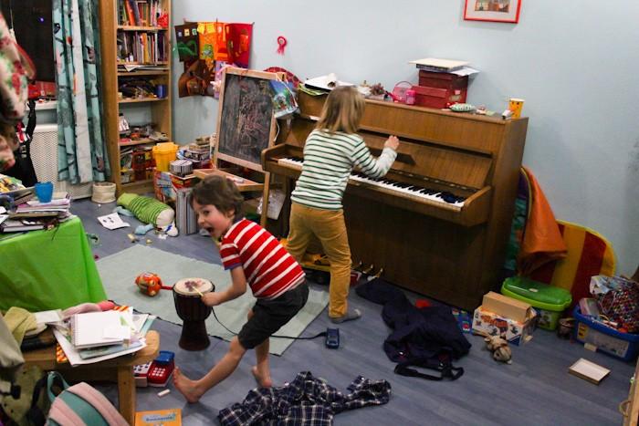 Ребенок ведет домой друзей: как реагировать родителям