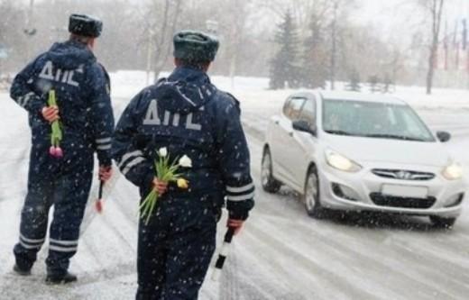 Цветы вместо штрафа: сотрудники ГИБДД поздравляют хабаровских автоледи