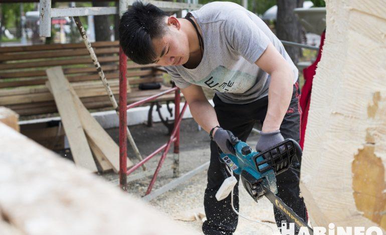 Конкурс деревянных скульптур на набережной: брёвна пилят, только щепки летят