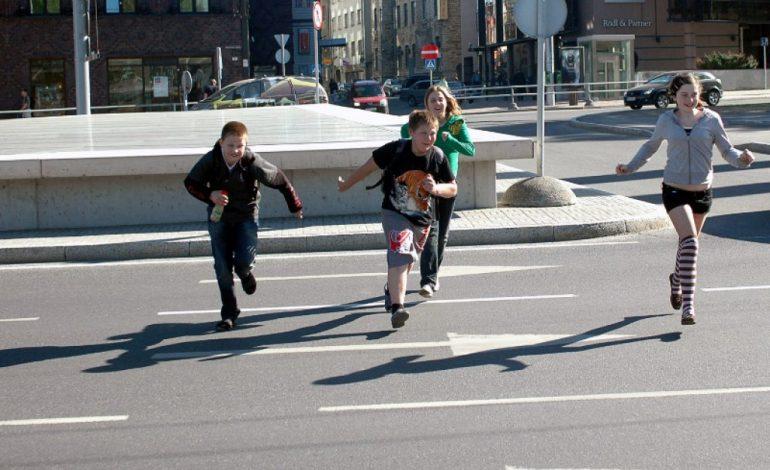 Дети попадают под колеса автомобилей, играя во дворах
