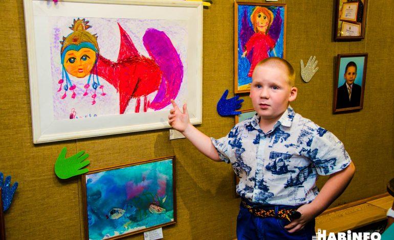 Маленькая звездочка: юный художник Иван Ломкин рисует «живые» картины