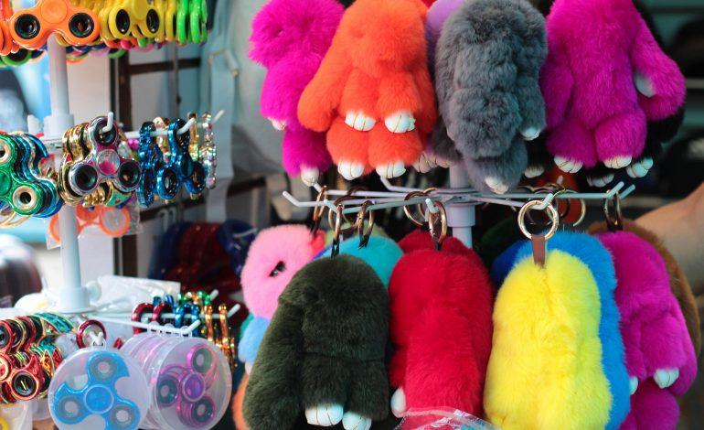 Соломенные шляпы и светящиеся спиннеры: что покупают на Центральном рынке хабаровчане