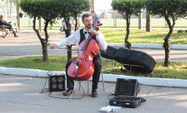 От Боярского до Scorpions: для кого и зачем уличный музыкант играет на виолончели в Хабаровске (ФОТО;ВИДЕО)