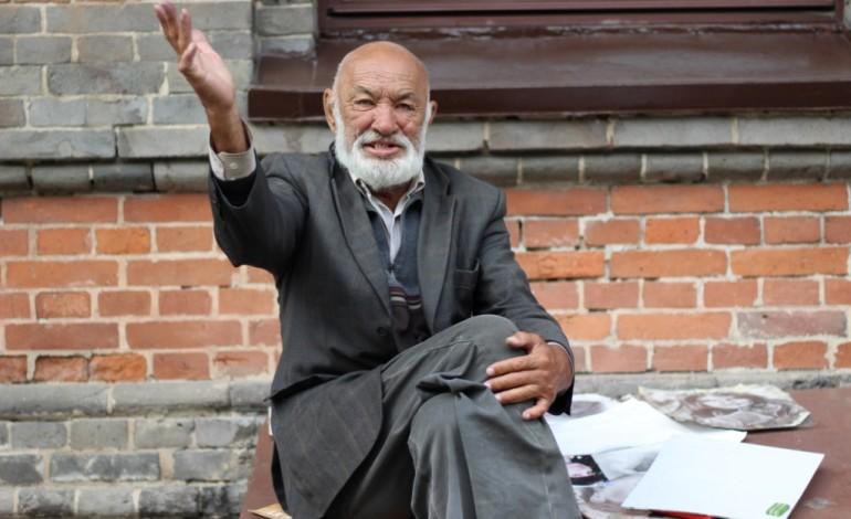 Кто рисует портреты на Комсомольской площади: история художника из Амурска
