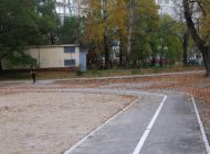 Зачем школьному стадиону в Хабаровске бетонные бордюры на беговой дорожке?