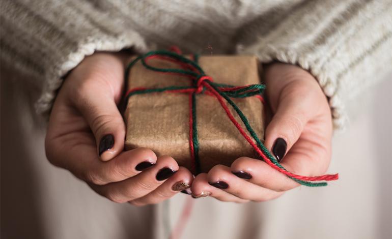 Национальный день передаривания подарков и Всемирный день почты