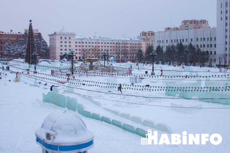 Украшение площади Ленина Хабаровске фигуры