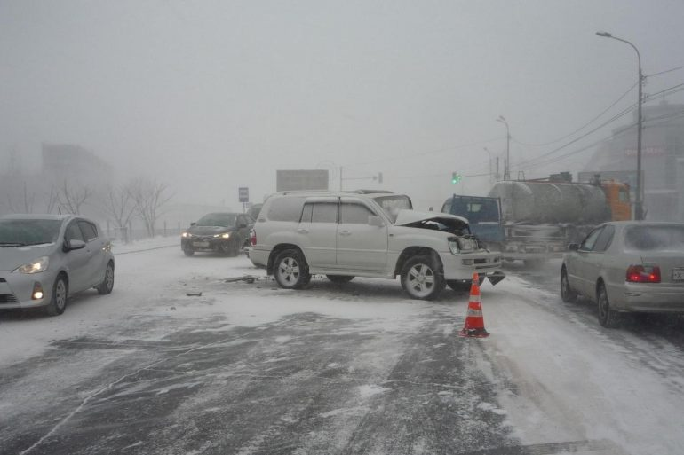 ДТП на скользкой дороге: кто виноват — водитель или дорожники?