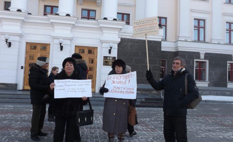 Снять блокаду с острова: жители Большого Уссурийского просят инфраструктуру и свои квартиры