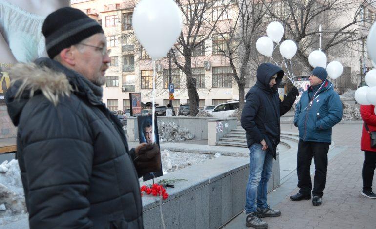 На акции памяти Немцова шаров оказалось больше, чем людей