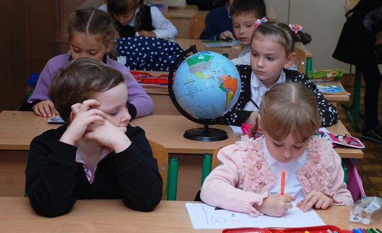 Хабаровские родители «за» пятидневку в школах, но до их мнения никому нет дела
