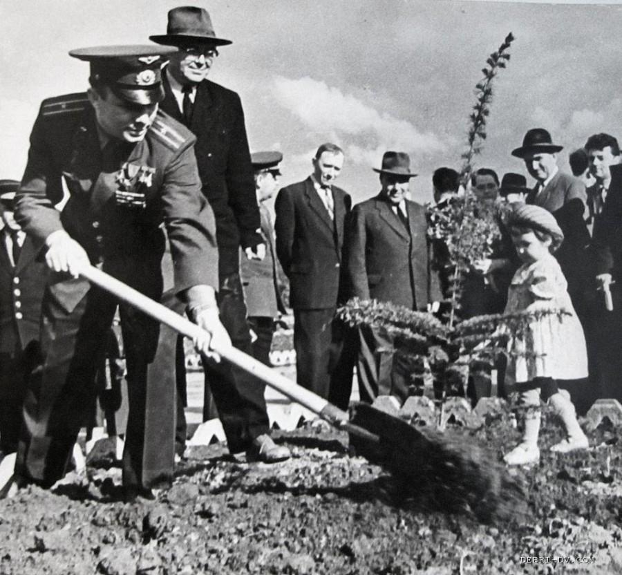 Юрий Гагарин сажает дерево аллея космонавтов