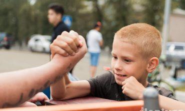 День «прокачки» детей: хабаровские пауэрлифтеры помогли ребятам стать сильнее