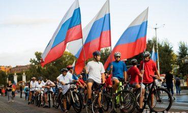 В триколоре на велосипеде: День российского флага отметили в Хабаровске