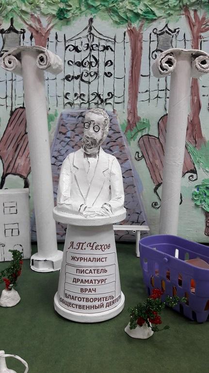 Памятник Чехову в Хабаровске
