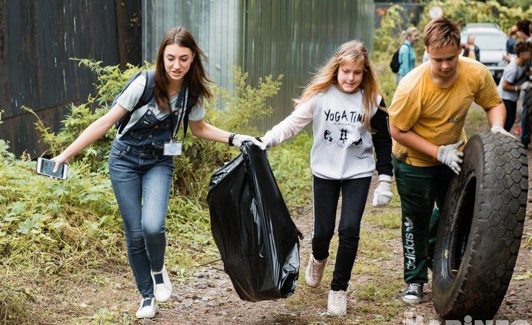 «Чистые игры»: хабаровские подростки вышли на веселый субботник