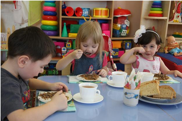 Рвота после обеда: в Хабаровске снова массово заболели дети
