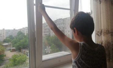 «Москитка» не поможет: почему дети падают из окон