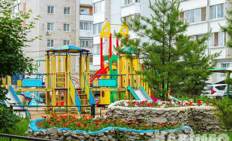 Дворовое царство с фонтаном и аистом в Хабаровске
