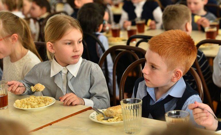 Мечта о сосиске: власти ищут деньги на школьные завтраки