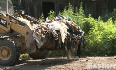 Мусорные кучи: жители бараков задыхаются от зловония, идущего от стихийной свалки
