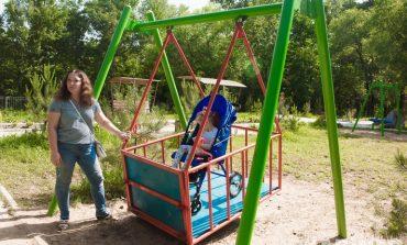 Крылатые качели: в Хабаровске открыта первая игровая площадка для детей с ДЦП