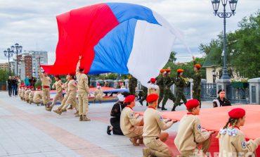 Гордо реет триколор: хабаровчане отметили День российского флага