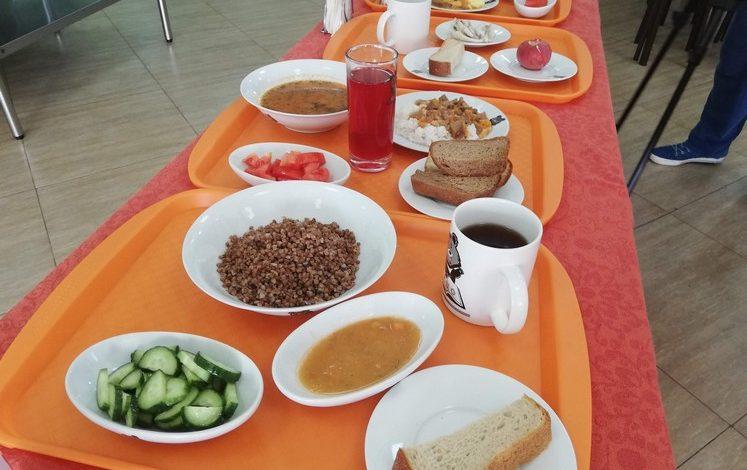 В Хабаровске обсуждают, чем и как кормить школьников