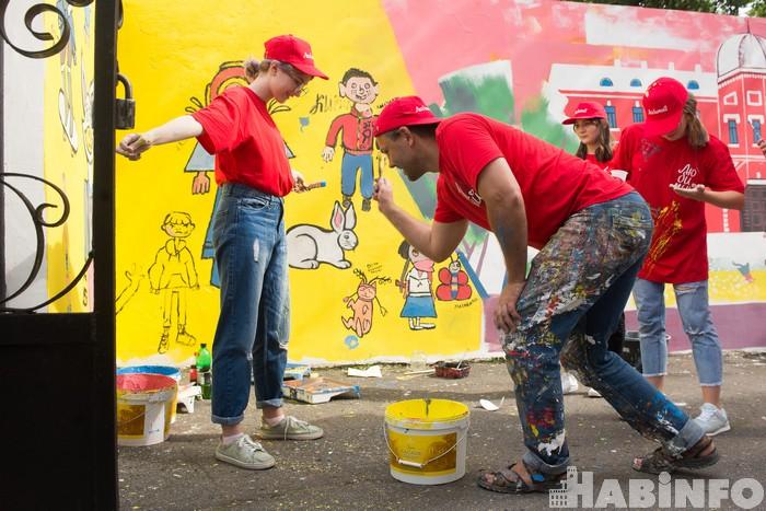 Подростки превратили дворик Художественного музея в арт-объект