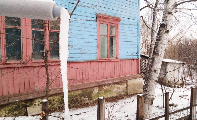Жители деревянных бараков сливают нечистоты под окна соседей