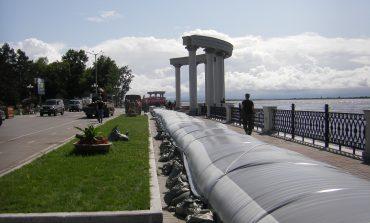 На набережной Амура установлена наливная дамба