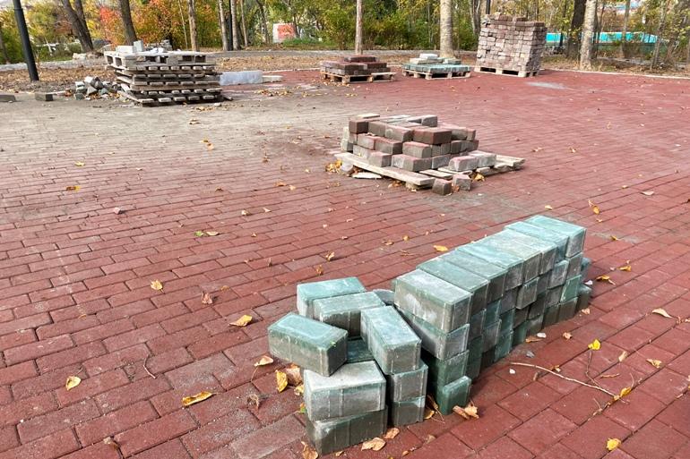 Активисты, дольщики и мэр: как Сергей Кравчук объезжал скверы и долгострой