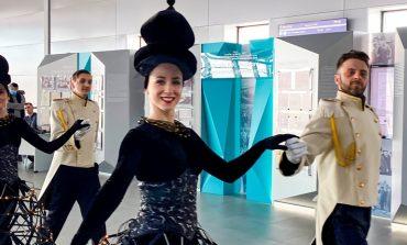 Зачем артисты театра драмы приезжали в аэропорт в изящных нарядах